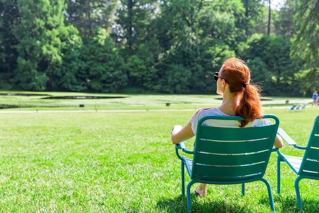 La donna in occhiali si rilassa su greenfield.