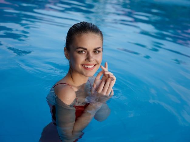 Donna occhi chiusi emozione piscina relax lusso natura
