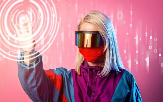 Donna in una maschera e occhiali 3d in rosa
