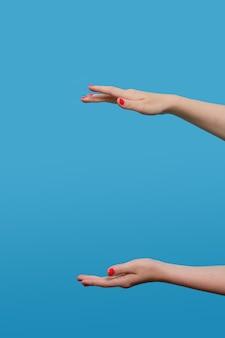 Una donna facelesse che tiene qualcosa nelle sue mani. luogo per pubblicizzare il prodotto. Foto Premium