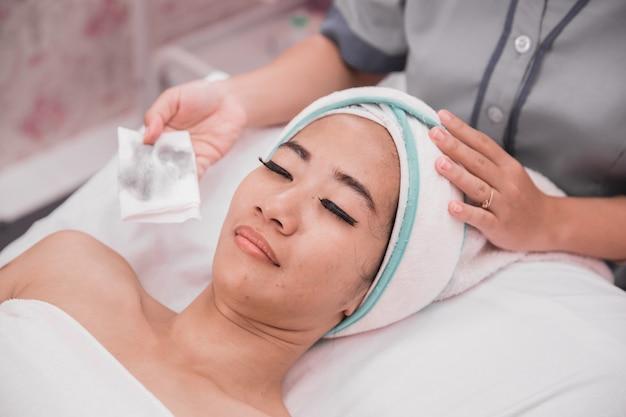 Cura del viso donna nel salone di bellezza e spa
