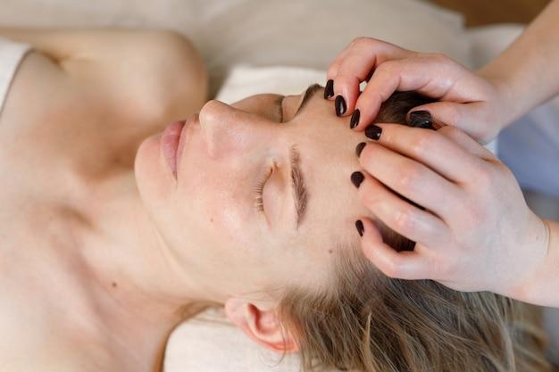 Donna su un massaggio facciale. procedure anti-età