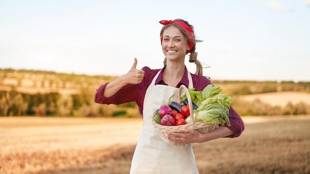 Contadina permanente di terreni agricoli sorridente agronomo femmina specialista agricoltura agroalimentare felice positivo lavoratore caucasica agricolo field