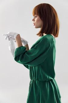 Donna in abito di moda in posa nella mascherina medica virus covid-19.