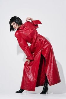 Immagine di moda donna in un mantello rosso in piena crescita.