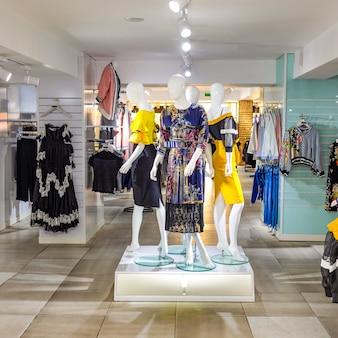 Un negozio di moda donna con manichino che mostra l'ultima tendenza