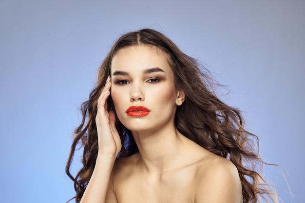 L'acconciatura alla moda della donna ha scoperto le spalle studente attraente del modello di lusso di vista.