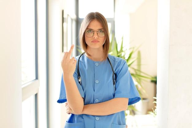Donna che si sente arrabbiata, infastidita, ribelle e aggressiva, lanciando il dito medio, contrattaccando