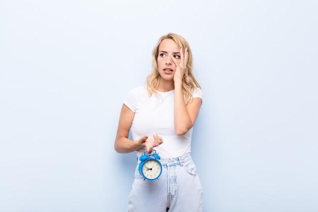 Donna che si sente annoiata, frustrata e assonnata dopo un compito noioso, noioso e noioso, che tiene il viso con la mano