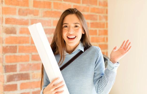 Donna che si sente felice, sorpresa e allegra, sorridente con atteggiamento positivo, realizzando una soluzione o un'idea