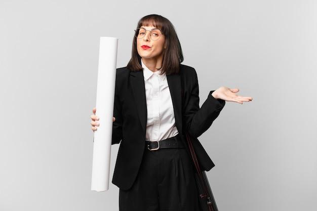 Donna che si sente perplessa e confusa, dubitando, ponderando o scegliendo diverse opzioni con un'espressione divertente