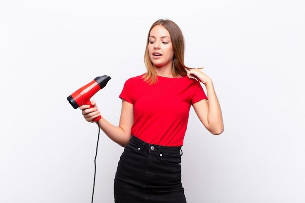 Donna che si sente stressata, ansiosa, stanca e frustrata, tirando il collo della camicia, frustrata dal problema