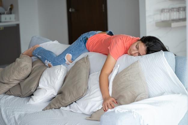 La donna si è addormentata in una posizione insolita sullo schienale del divano