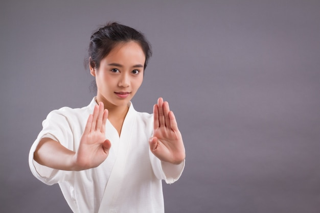 Ritratto del combattente della donna; donna asiatica che pratica arti marziali, arti marziali miste