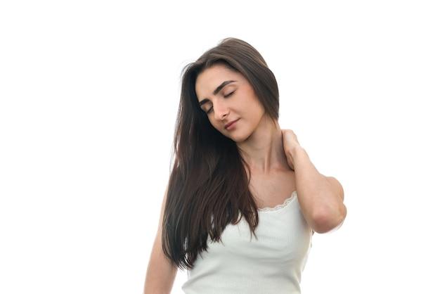 Donna che riempie il dolore al collo isolato su bianco