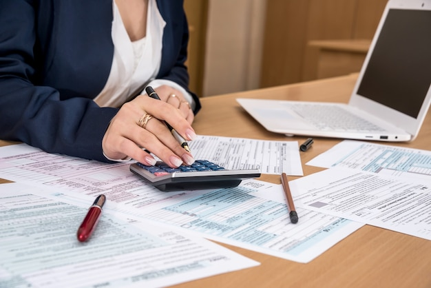 Donna che compila il modulo fiscale degli stati uniti