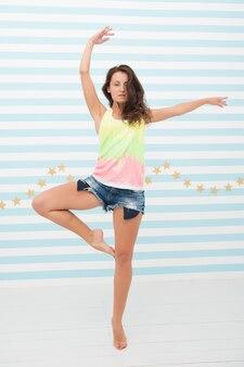 Signora sottile in forma della donna in posa come ballerina. uno stile di vita sano ti mantiene di buon umore. la signora in forma sana ha un bell'aspetto. benefici e vantaggi dello stile di vita fitness. danza classica nella sua mente. nata per essere ballerina.