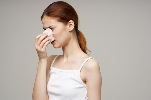 Primo piano di problemi di salute del virus dell'infezione da influenza della donna