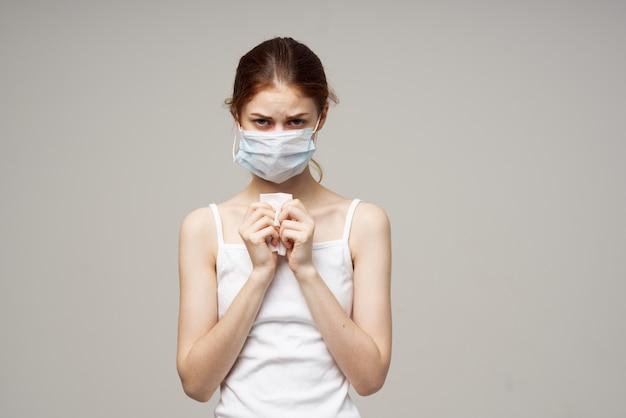 Problemi di salute del virus dell'infezione influenzale donna sfondo isolato