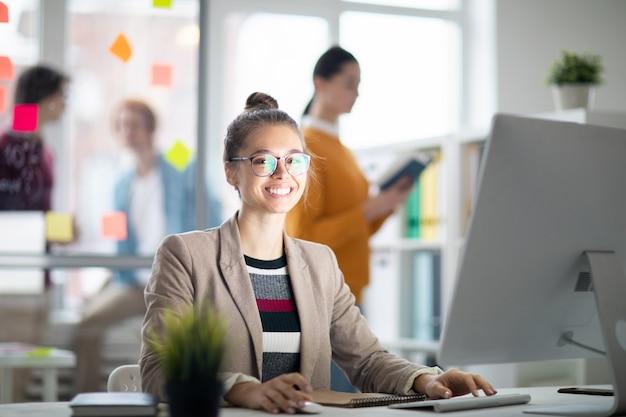Donna davanti al monitor del computer