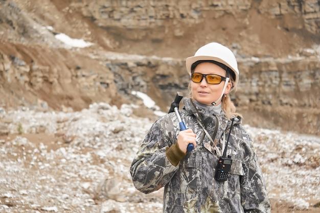 Donna geologa sullo sfondo del pendio della cava