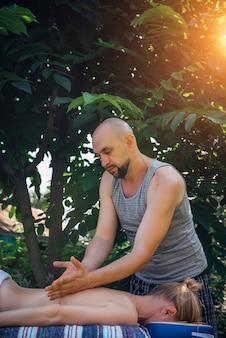 Donna che ottiene massaggio rilassante ayurvedico all'aperto