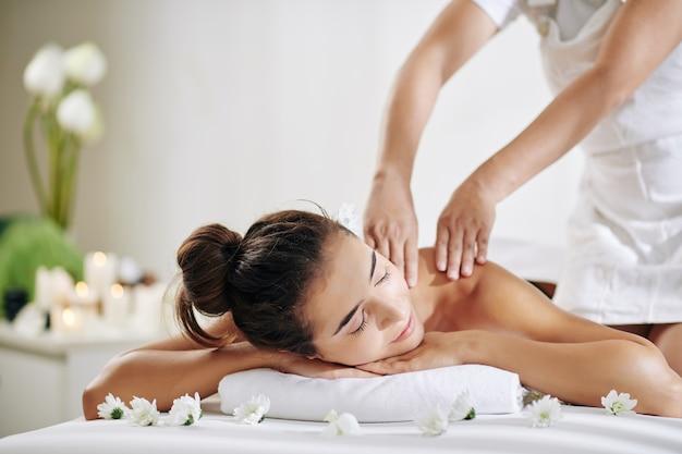 Donna che ottiene massaggio alla schiena