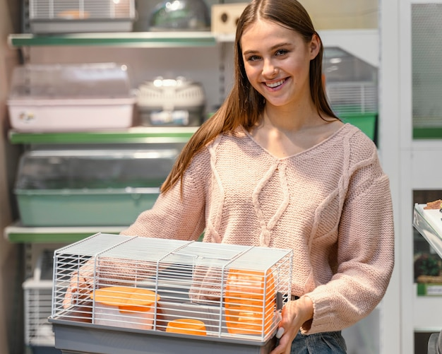 Donna che ottiene una gabbia per il suo animale domestico