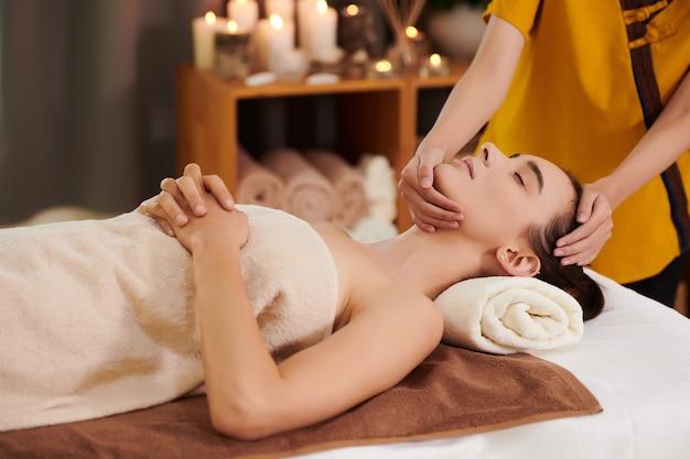 Donna che riceve un massaggio al viso nella spa