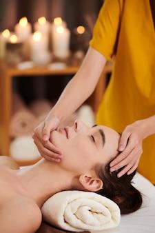 Donna che riceve un massaggio al viso