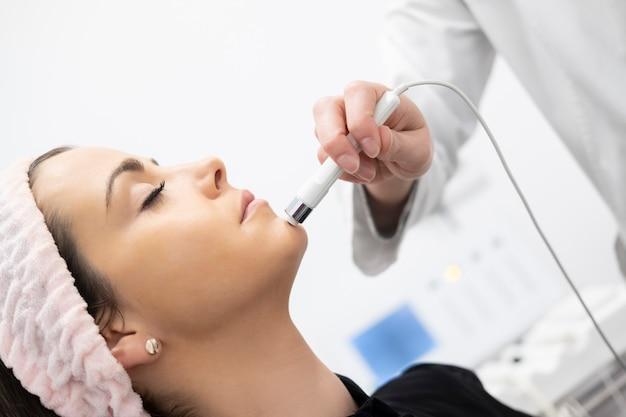 Una donna che ottiene trattamenti per il viso e la bellezza in una clinica di bellezza