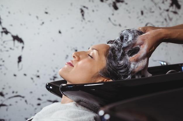 Donna che ottiene il suo lavaggio dei capelli