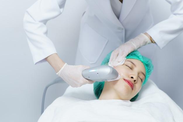 Donna che riceve il trattamento spa hifu, ragazza che riceve un massaggio ultra antico. trattamento anti invecchiamento e concetto di chirurgia plastica.