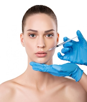 Donna che ottiene iniezioni vicino alle labbra