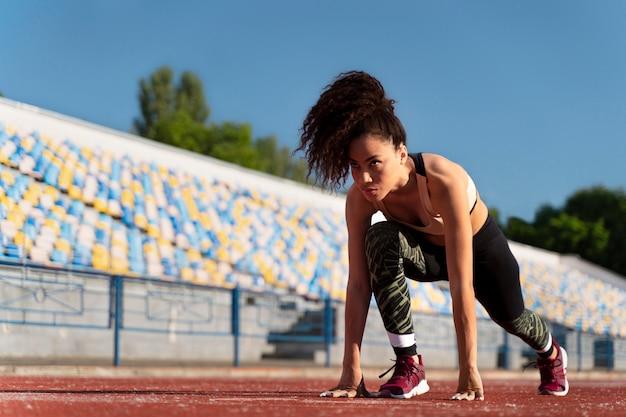 La donna si prepara a correre