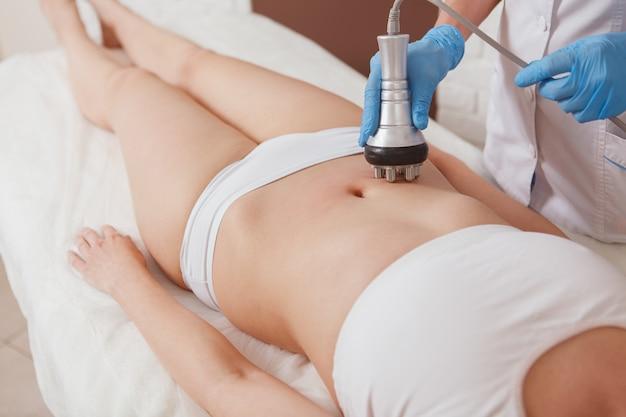 Donna che ottiene trattamento di cura della pelle alla clinica di bellezza