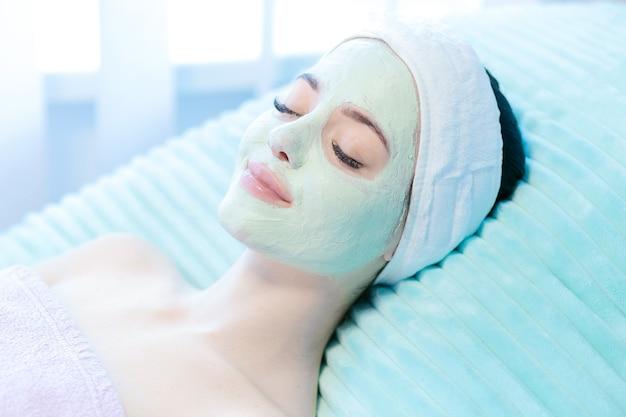 Donna che riceve un trattamento spa al salone di bellezza