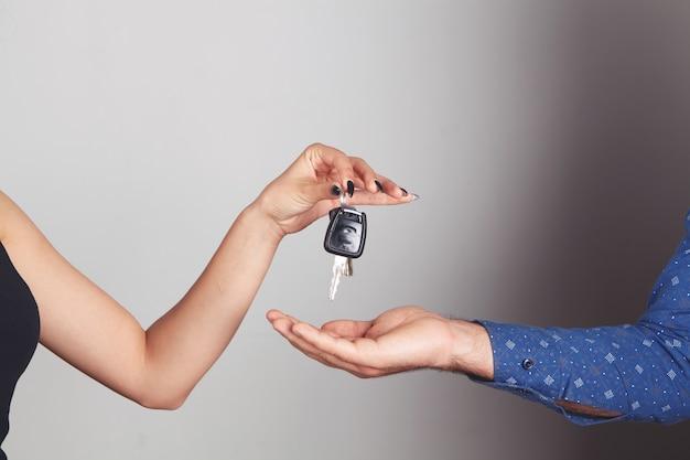 La donna dà le chiavi della macchina all'uomo