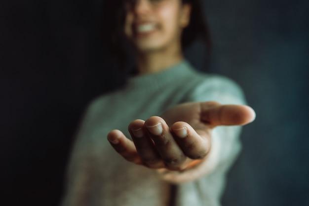 Donna che dà le mani alla fotocamera, aiuto e concetto di auto aiuto, salute mentale