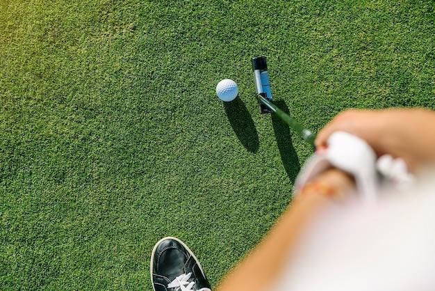 Giocatore di golf della donna che si concentra per mettere sul verde. concetto di golf