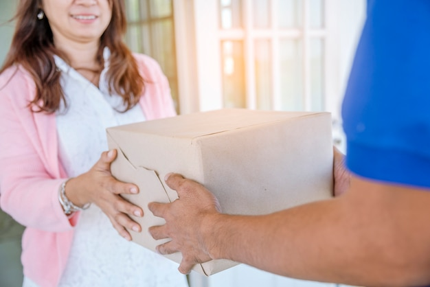 La donna ha ricevuto il pacco di consegna