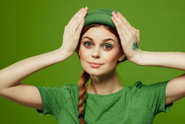 Donna in verde che celebra il giorno di san patrizio