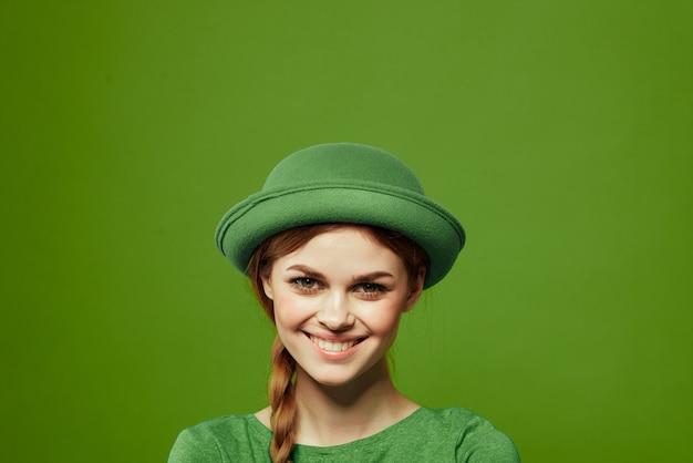 Donna in verde, giorno di san patrizio, quadrifoglio verde, sfondo verde