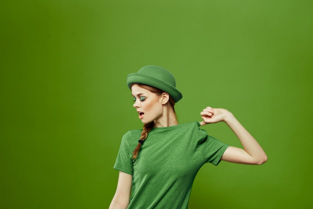 Donna in verde, giorno di san patrizio, quadrifoglio verde, parete verde