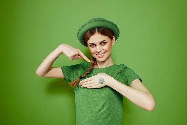 Donna in verde, giorno di san patrizio, quadrifoglio verde