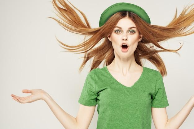 Donna in verde, il giorno di san patrizio, quadrifoglio verde