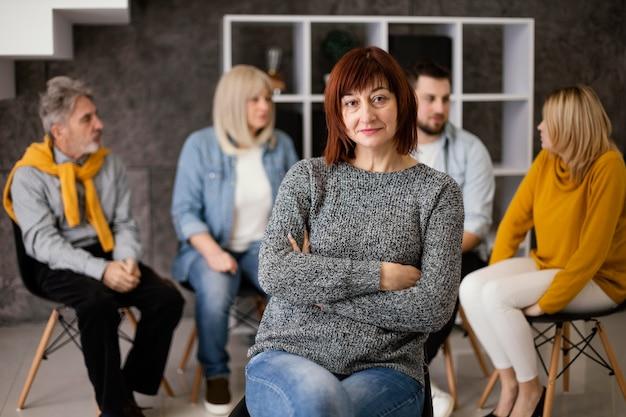 Donna alla terapia di gruppo