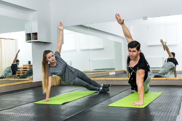 Donna in palestra facendo esercizi con istruttore