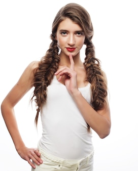 Ritratto di stile di capelli della donna. primo piano su sfondo bianco.