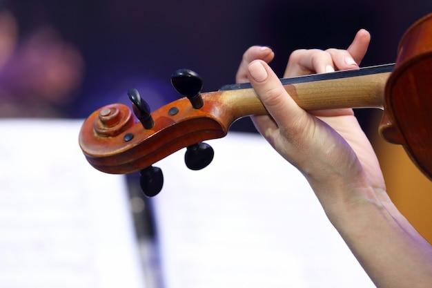 Primo piano della mano della donna che suona il violino